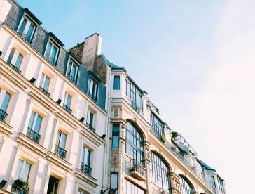 immeuble parisien avec fenêtres de formes différentes