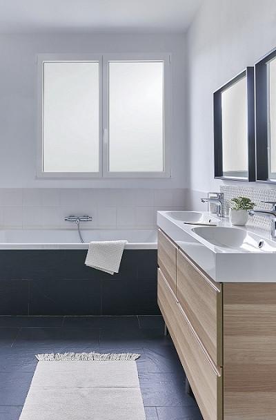 Fenêtre eben avec double vitrage dépoli acide opacifiant dans une salle de bain