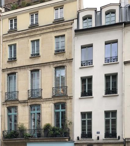 Façade aux fenêtres colorées à Paris
