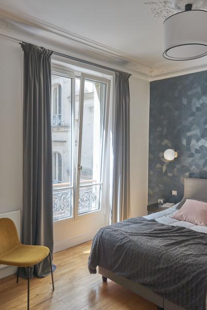 fenêtre ouverture oscillo-battante à soufflet dans une chambre à Paris