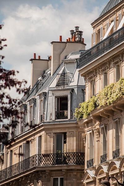 fenêtres sur une façade d'un immeuble parisien