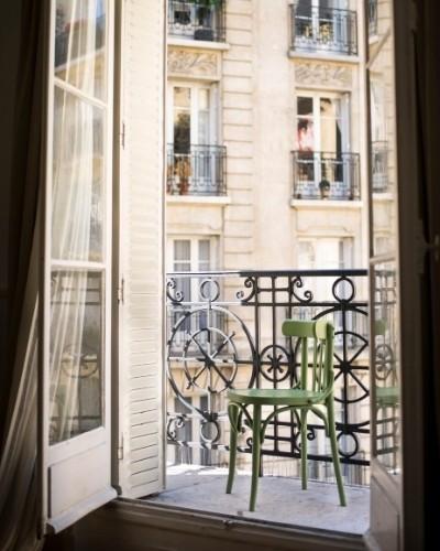 fenêtre en bois ouverte sur un balcon filant