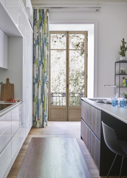 fenêtre en bois naturel dans une cuisine d'un appartement haussmannien à Paris