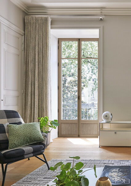 fenêtre en bois intérieur dans un salon d'un appartement haussmannien