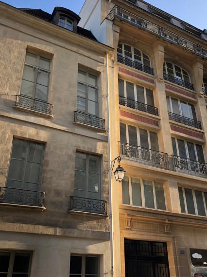 fenêtre de formes différentes sur un immeuble à Paris