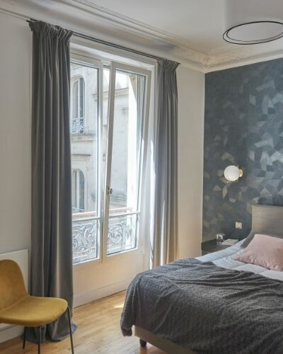 fenêtre dans une chambre d'un appartement haussmannien