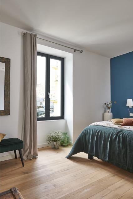 Fenêtre eben en pin gris anthracite dans une chambre d'un appartement parisien sous les toits