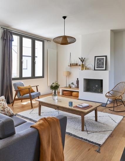 Fenêtre eben en pin brun dans un appartement parisien à la déco scandinave