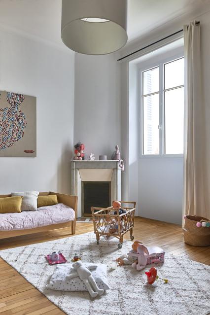 Fenêtre eben en pin blanc dans une chambre d'enfant d'une maison à Montreuil