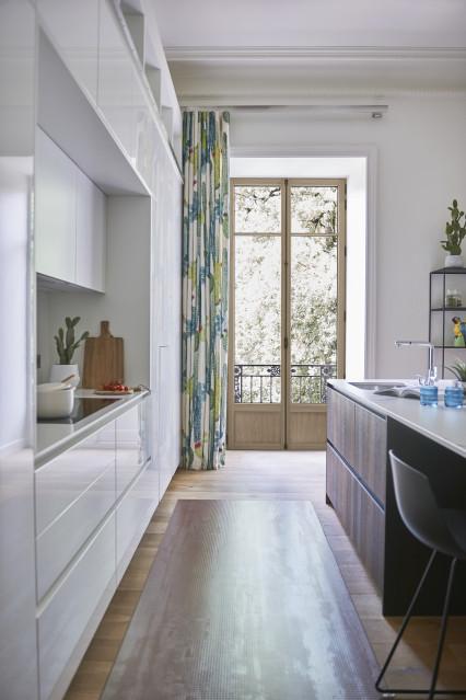 Porte-fenêtre eben en chêne naturel avec une crémone décorative