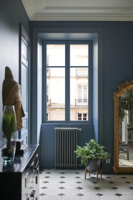 Fenêtre eben en pin blanc repeint dans l'entrée d'un appartement haussmannien