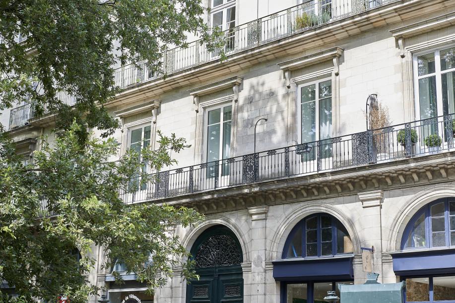 fenêtres eben en aluminium extérieur sur un immeuble haussmannien