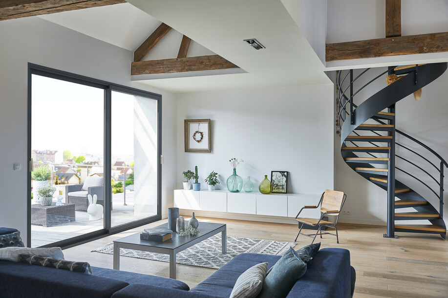 Fenêtre eben en pin gris anthracite dans un salon d'un appartement parisien sous les toits