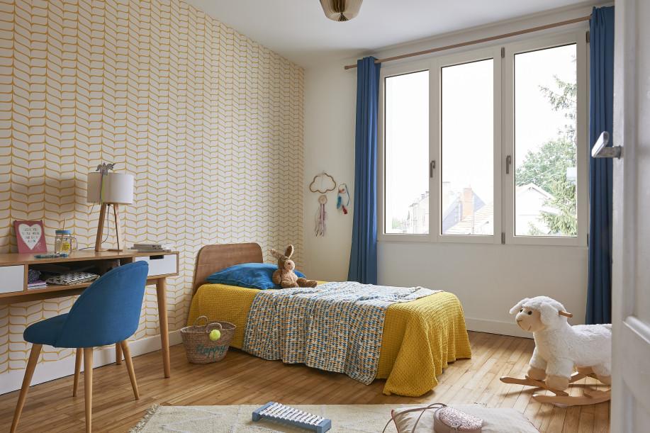 Fenêtre eben en pin sablé dans un chambre d'enfant d'un appartement parisien à la déco scandinave