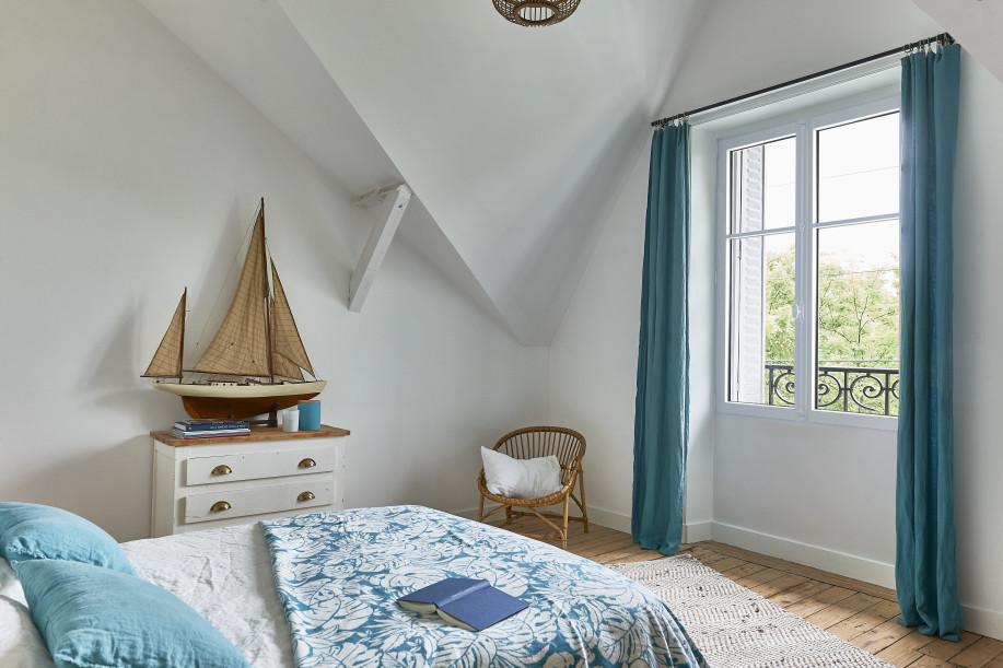 Fenêtre eben en pin blanc dans une chambre sous les toits à Montreuil