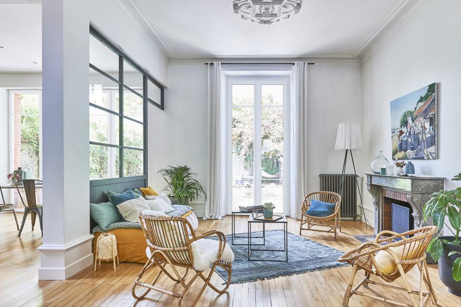 Fenêtre eben de grande dimension en pin blanc donnant sur une terrasse