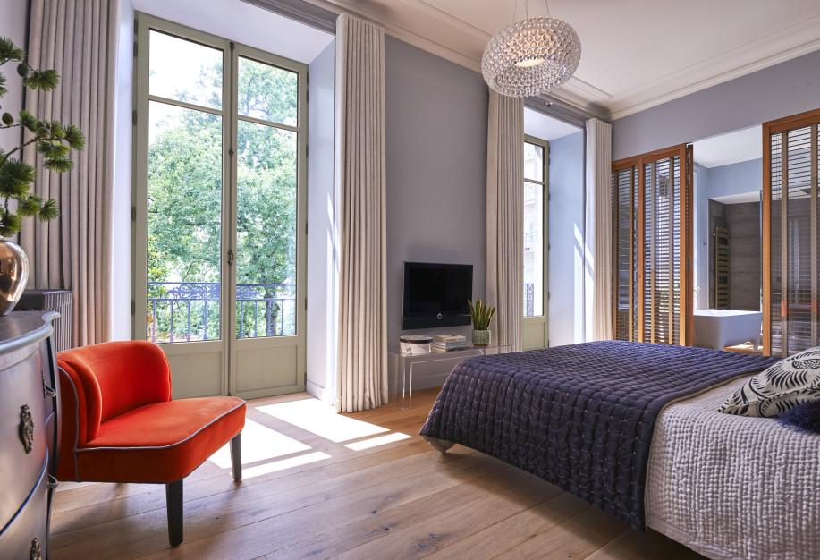Porte-fenêtre eben en pin gris pour la chambre dans un appartement haussmannien