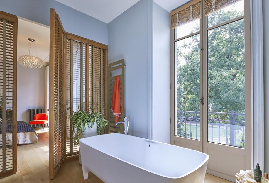 Porte-fenêtre eben en pin gris dans la salle de bain