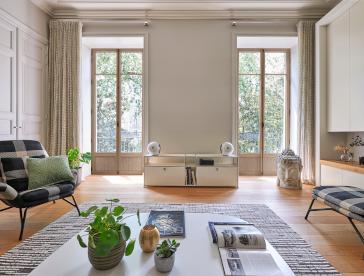 Fenêtres bois haut de gamme dans un salon haussmannien