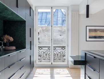 Fenêtre en bois avec crémone traditionnelle