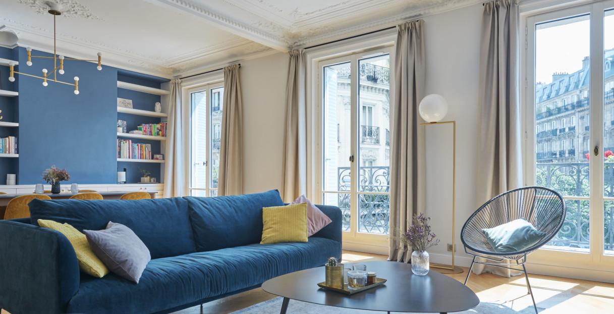 porte-fenêtre d'un salon haussmannien parisien