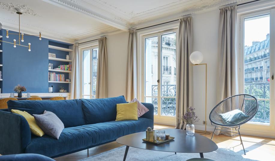 portes-fenêtres en bois dans un salon haussmannien à Paris
