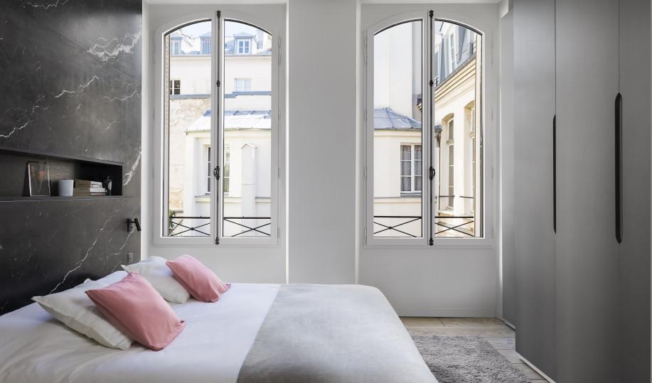 Fenêtre eben en cintre surbaissé dans une chambre