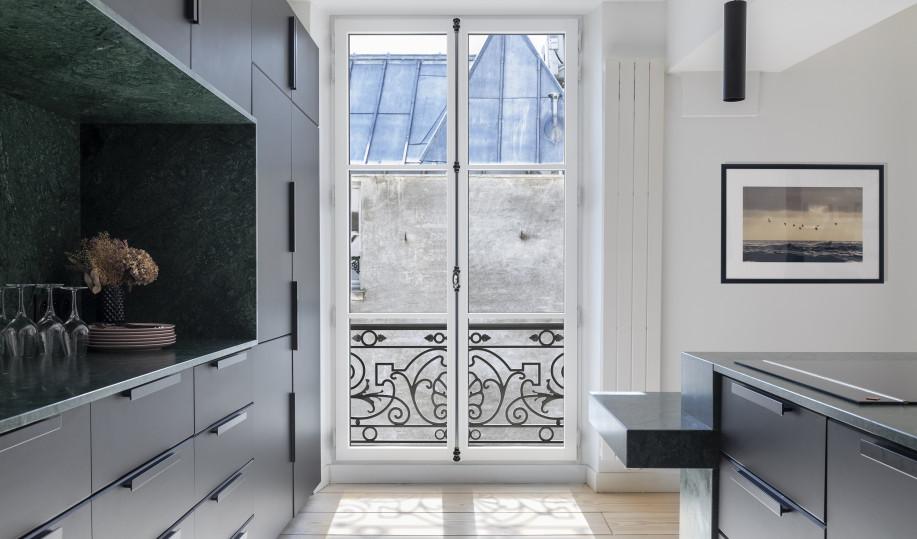 Porte-fenêtre eben au style traditionnel en pin blanc avec crémone