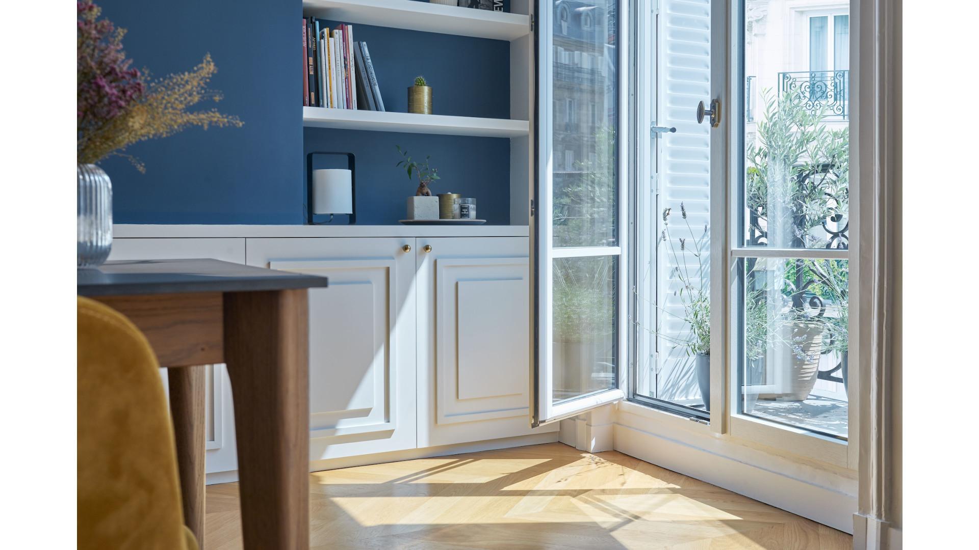 porte-fenêtre ouverte sur balcon filant