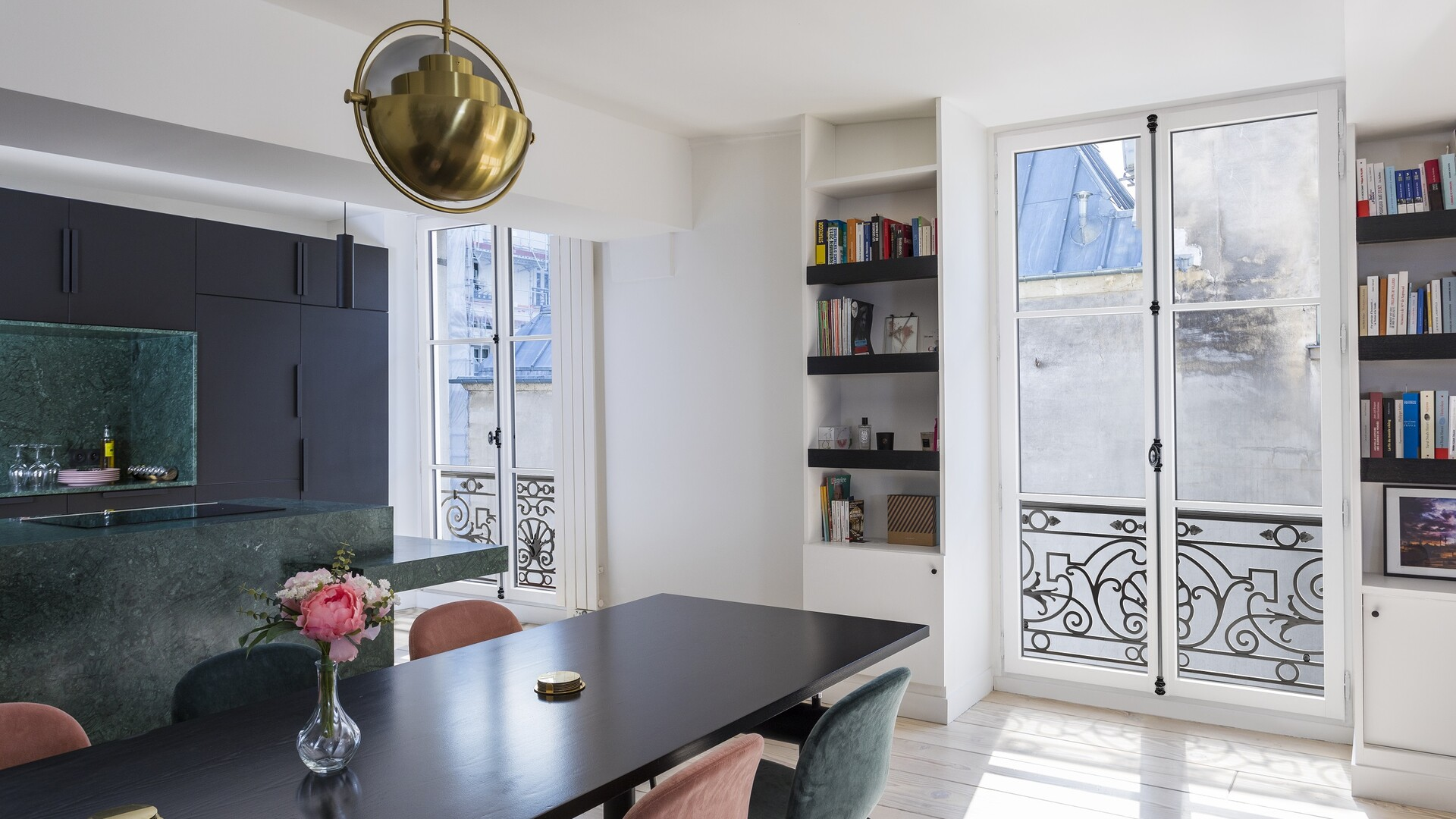 Portes-fenêtres eben en pin blanc dans une cuisine